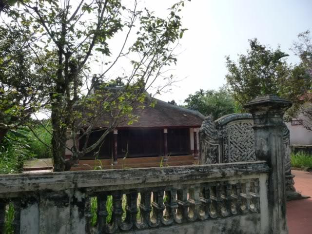 Những ngôi nhà này nằm rải rác khắp làng, đặc biệt là đều hướng về phía sông